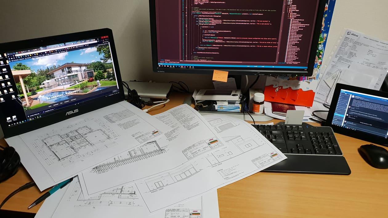 Velký projekt RD Absolut verze 1 na procovním stole