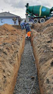 Vylévání pasu betonem se špatně umístěným zemnícím páskem
