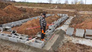Vysoký zavadlý beton pod ztraceným bedněním